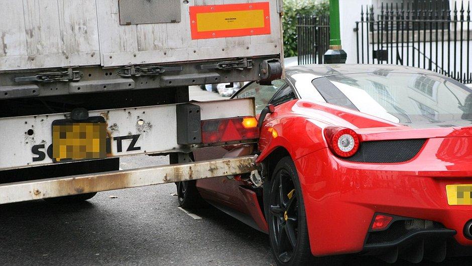 Insolite : un camion déchire le flanc d'une Ferrari 458 Italia