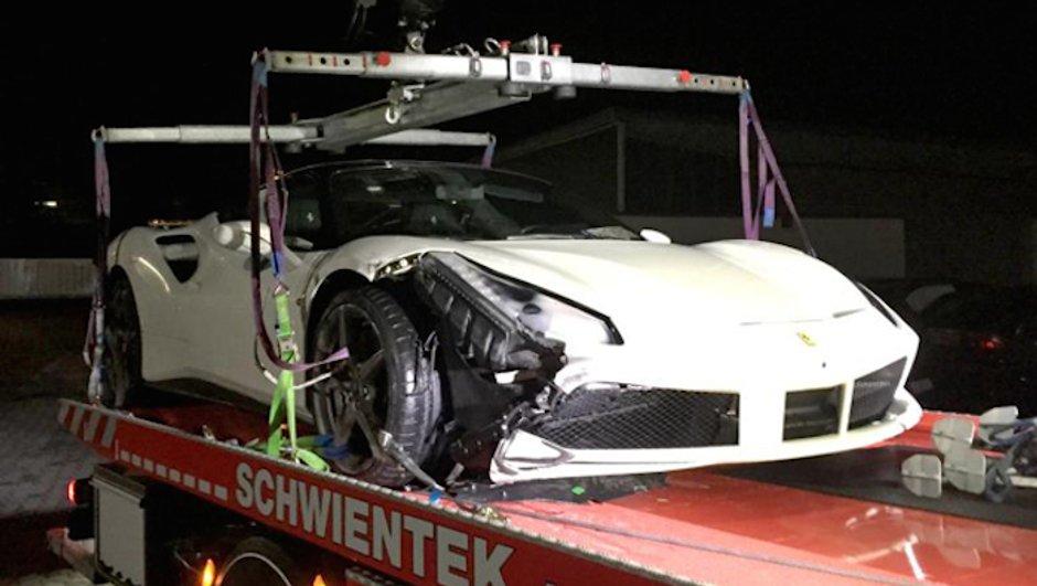 Insolite: il crashe lamentablement une Ferrari 488 GTB!