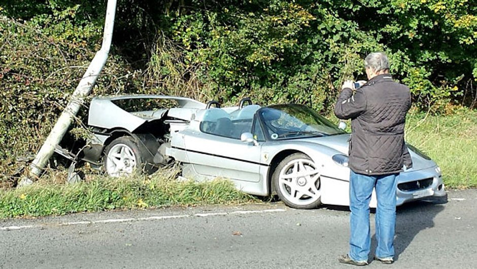 Insolite : une Ferrari F50 accidentée en Grande-Bretagne
