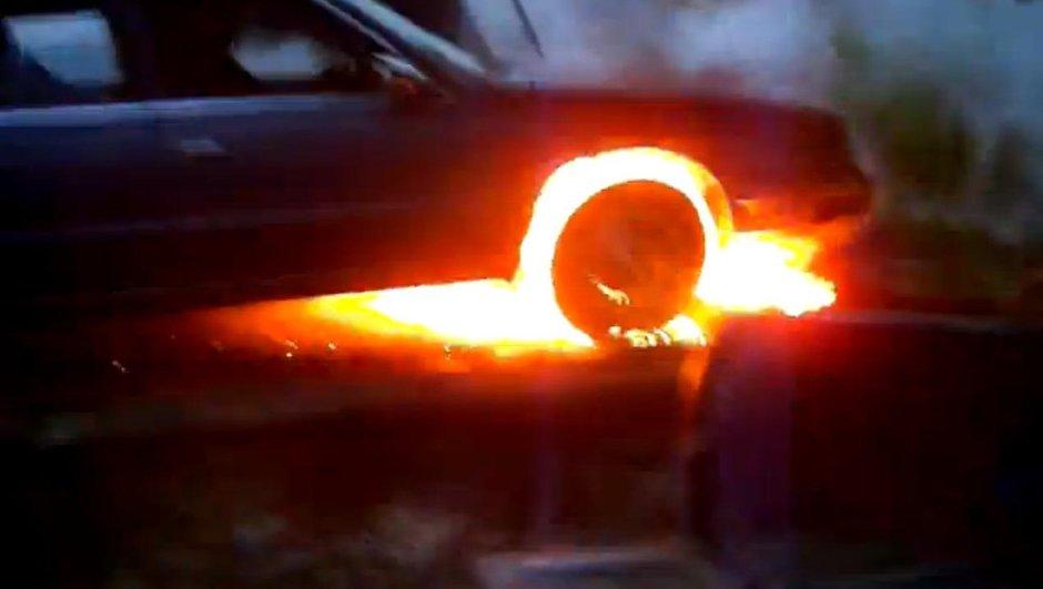 Vidéo insolite : il allume un feu avec sa voiture