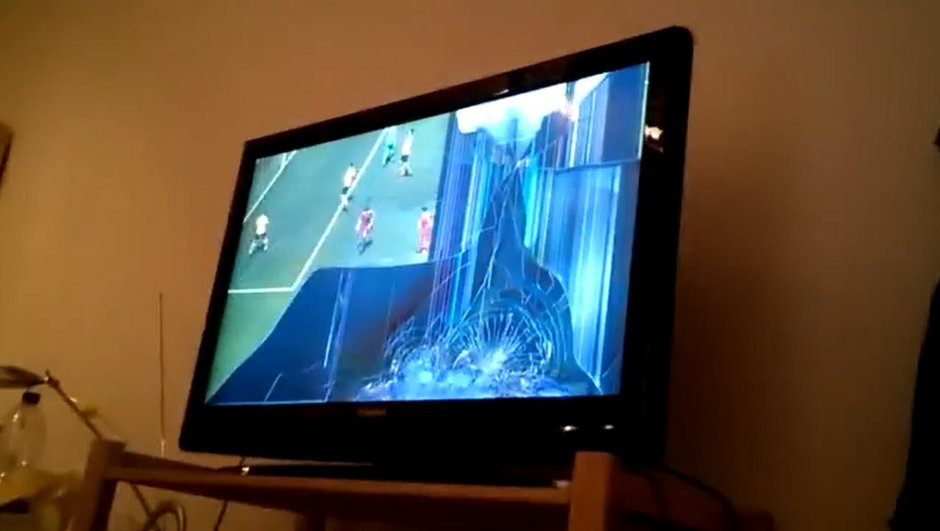video-insolite-pete-un-cable-jouant-foot-console-2124709