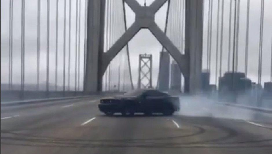 Insolite : Une Ford Mustang fait des donuts sur le Bay Bridge de San Francisco