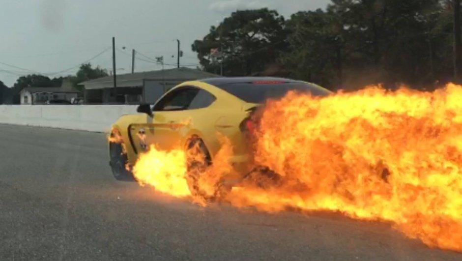 Sa Shelby GT350 prend feu à 200 km/h, il s'en sort indemne
