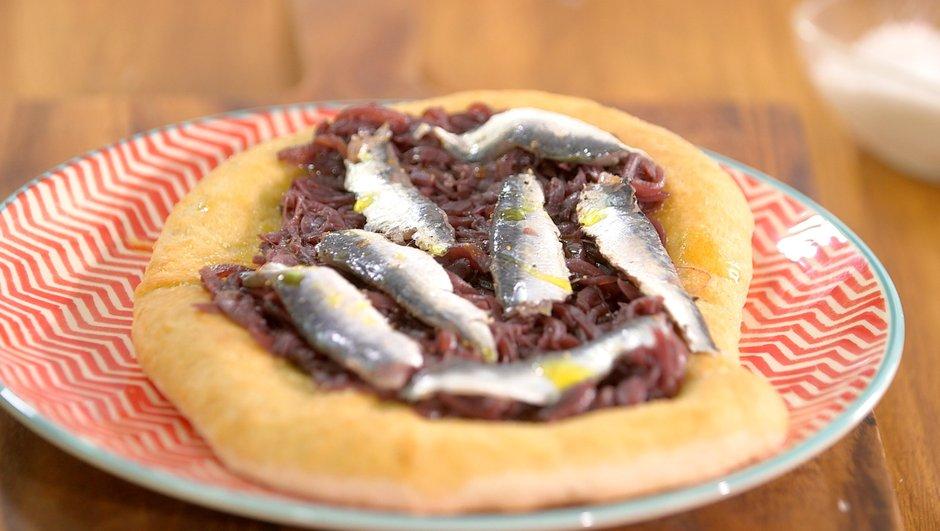 Fougasse aux sardines ou anchois frais et oignons rouges confits
