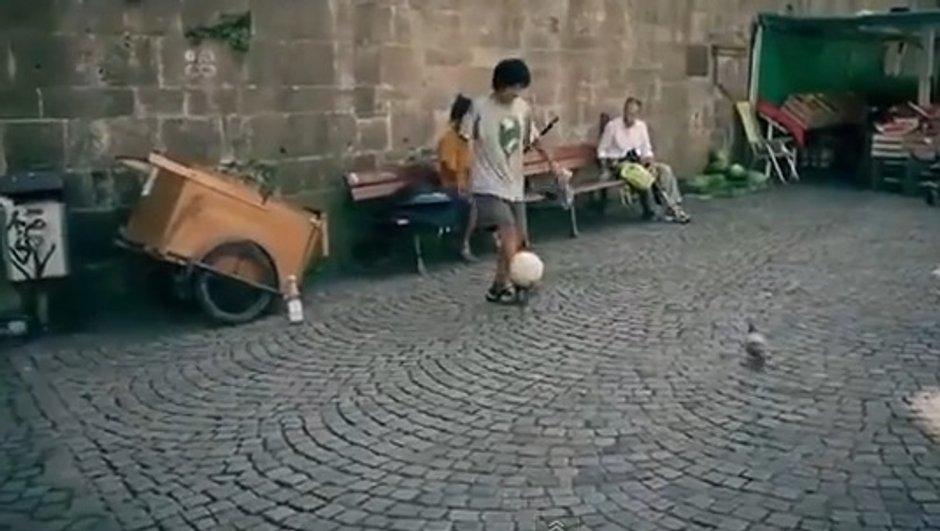 VIDEO Insolite : Le charmeur de ballon !