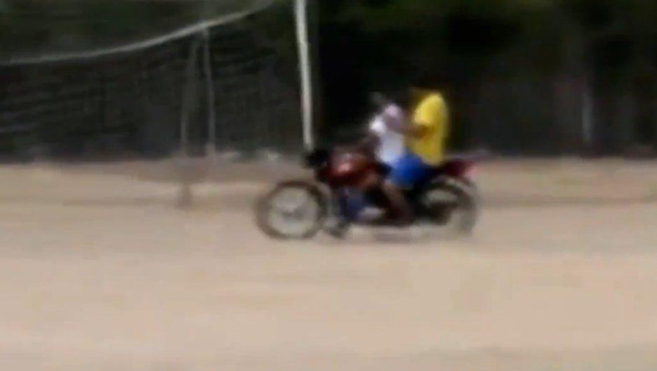 video-insolite-fatigue-gardien-retourne-cage-moto-5108916