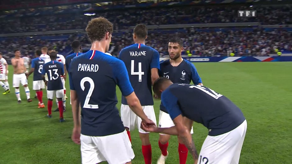 Pourquoi les Bleus jouent avec des chaussettes bleues... et pas rouges