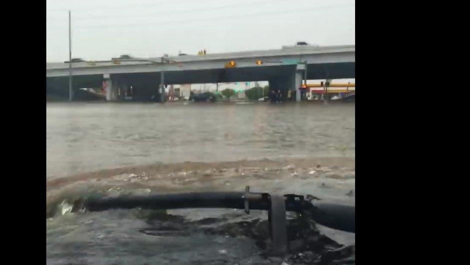 Insolite : Il traverse la ville inondée de Houston en Hummer H1