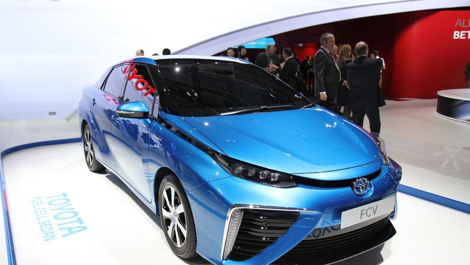 mondial-de-l-automobile-2014-toyota-fuel-cell-sedan-place-a-l-hydrogene-9370719