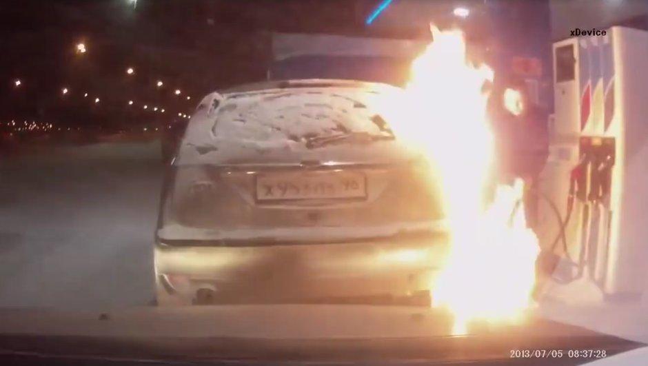 Insolite : Elle enflamme sa Ford Focus à la station essence…