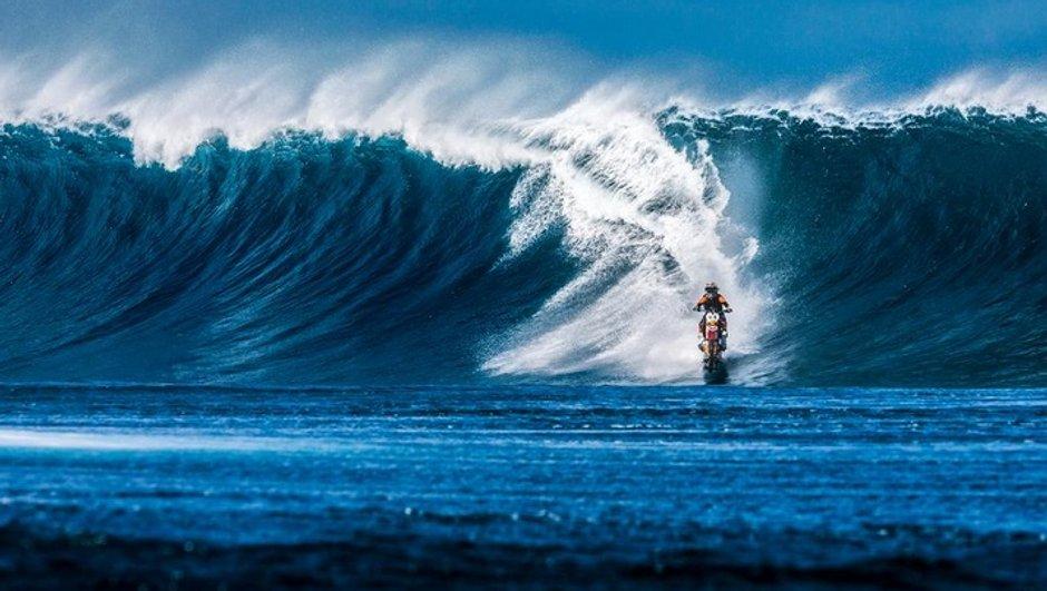 insolite-maddison-surfe-une-moto-dc-shoes-8545584