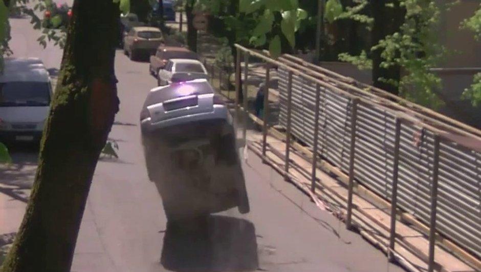 Vidéo insolite : en tonneau à cause d'une simple bouche d'égout !