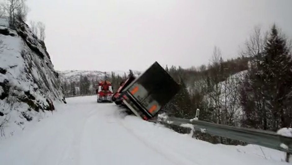 Insolite : un camion tracté finit dans le ravin