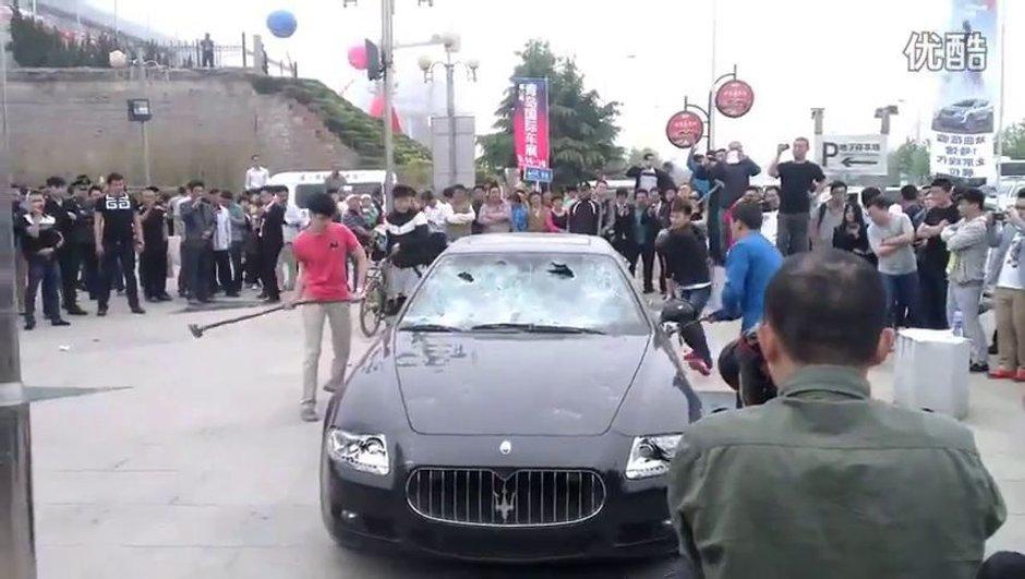 Insolite - Vidéo : mécontent du SAV, un chinois détruit sa Maserati