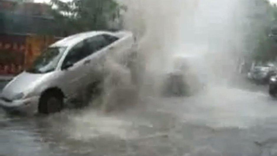 insolite-un-geyser-urbain-souleve-une-ford-focus-8943029