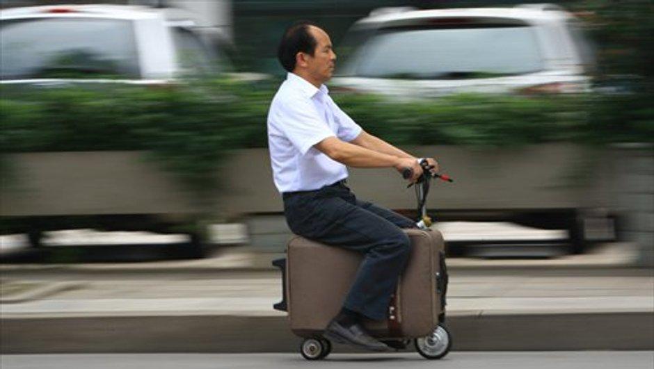 Insolite : un Chinois présente la valise-scooter
