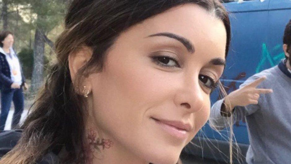 """Jenifer dévoile son tatouage sur le tournage de """"Traqués"""""""