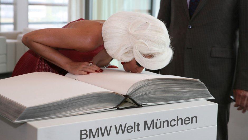 Katy Perry en tournage au Musée BMW