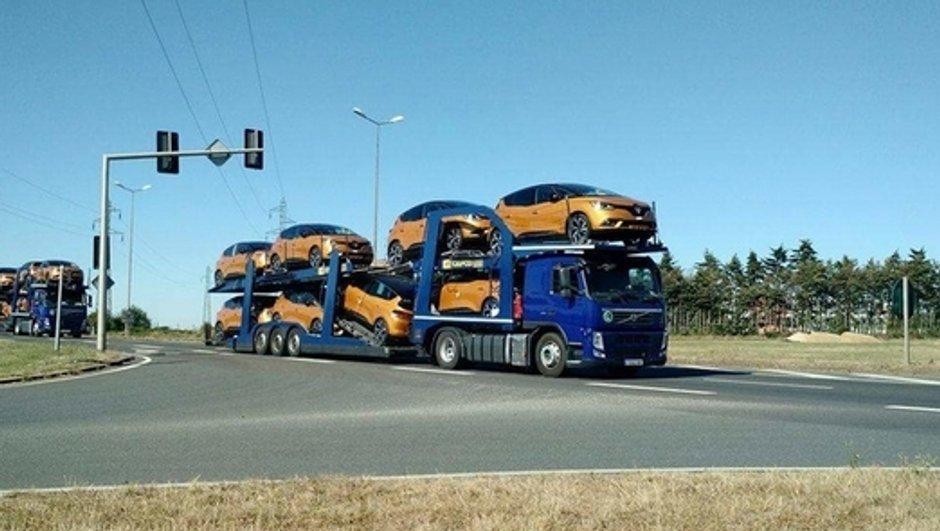 Insolite : Quand le conducteur d'un camion transporteur de nouveaux Scénic oublie sa hauteur...