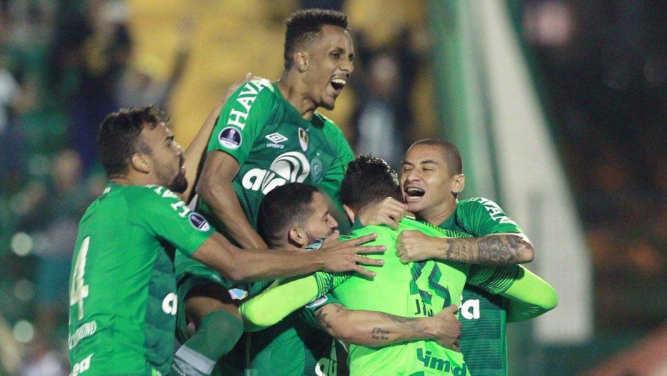 Brasileirão  - Un an après la tragédie, Chapecoense se qualifie pour la Copa Libertadores (grâce à un but à la 95e minute de Tulio De Melo)