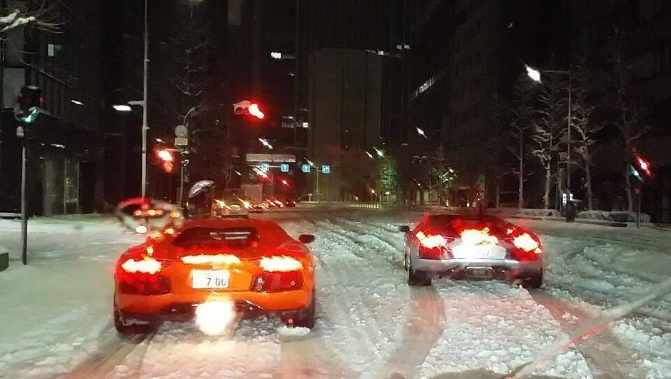 Insolite : 2 Lamborghini Aventador font du drift sur les routes enneigées de Tokyo