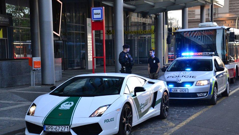 Insolite : une fausse voiture de police de Dubai arrêtée par la vraie police
