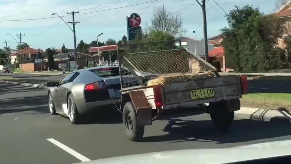 Insolite :  une Lamborghini Murciélago tracte une remorque