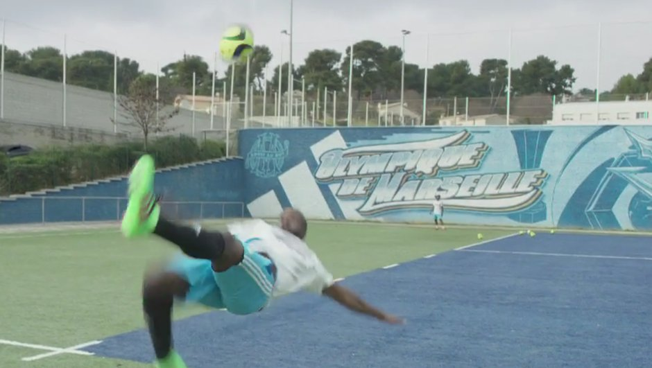 video-insolite-lassana-diarra-effectue-un-retourne-acrobatique-a-l-aveugle-8002412