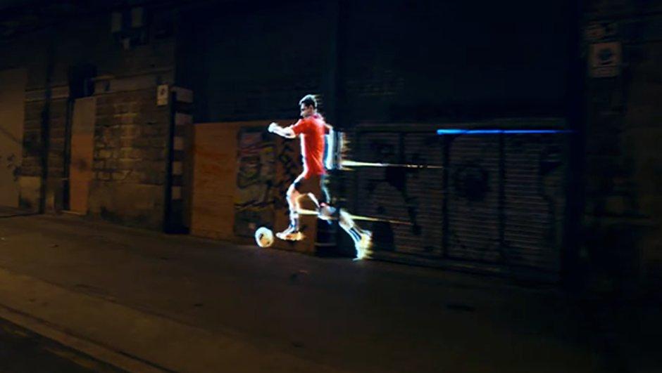 Vidéo insolite : Lionel Messi en hologramme sur les murs de Barcelone dans un spot publicitaire spectaculaire