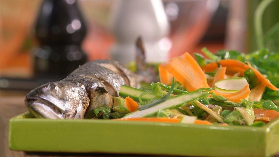 Maquereau grillé au four et de légumes printaniers en vinaigrette
