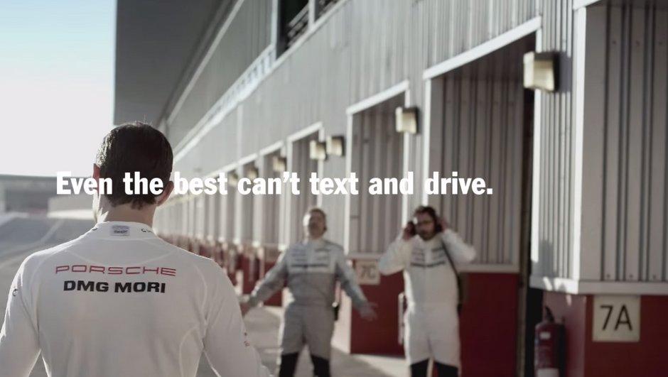 Vidéo Insolite : Mark Webber sort de route en envoyant un texto