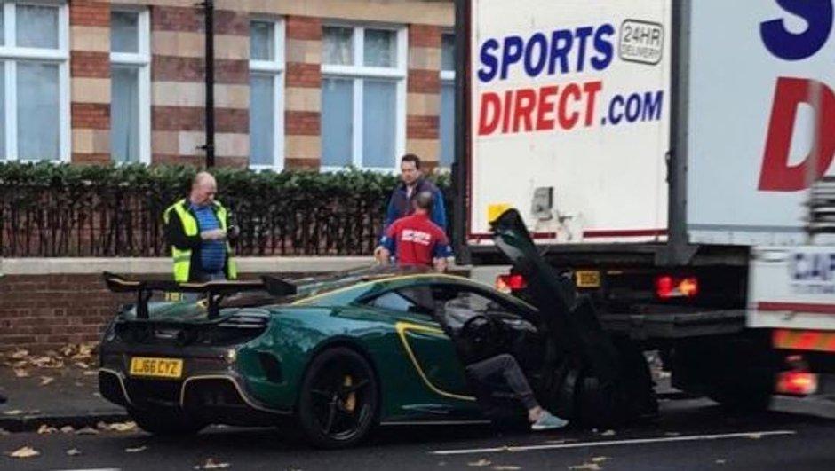 Insolite : une McLaren MSO HS finit sa course dans un camion