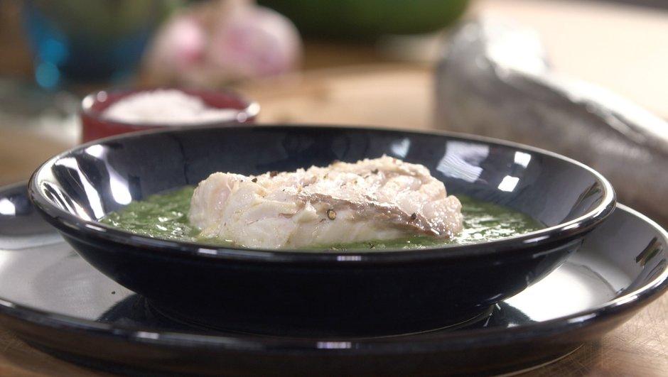 Merlu poché à l'huile d'olive et à la sauge, coulis de concombre frais