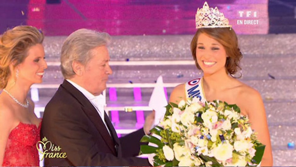 Miss France 2011 : Malika Ménard passe sa couronne à Miss Bretagne, Laury Thilleman