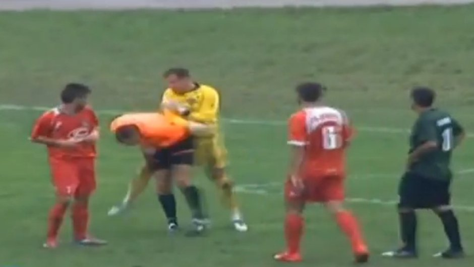 video-insolite-un-gardien-tente-de-frapper-l-arbitre-7876776