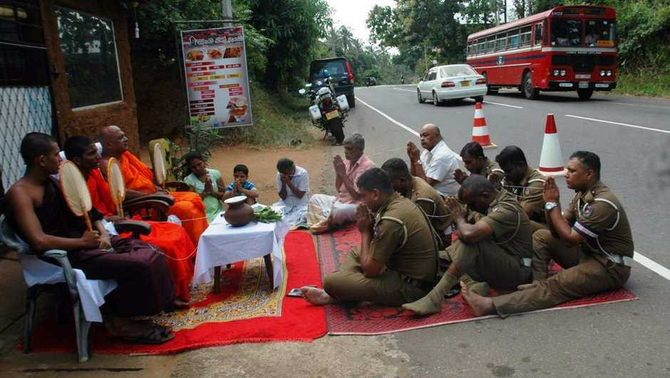 Insolite : au Sri-Lanka, des moines bouddhistes bénissent une autoroute