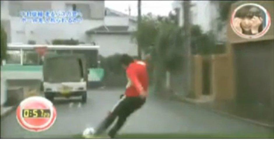 insolite-nakamura-marque-un-coup-franc-un-bus-video-4166041
