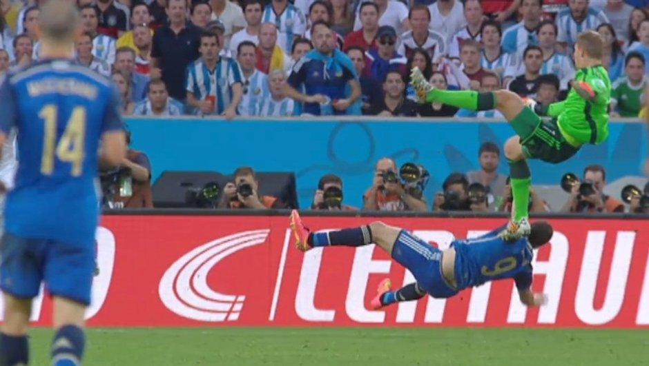 """Vidéo Allemagne-Argentine : Neuer a t-il fait une """"Schumacher"""" ?"""