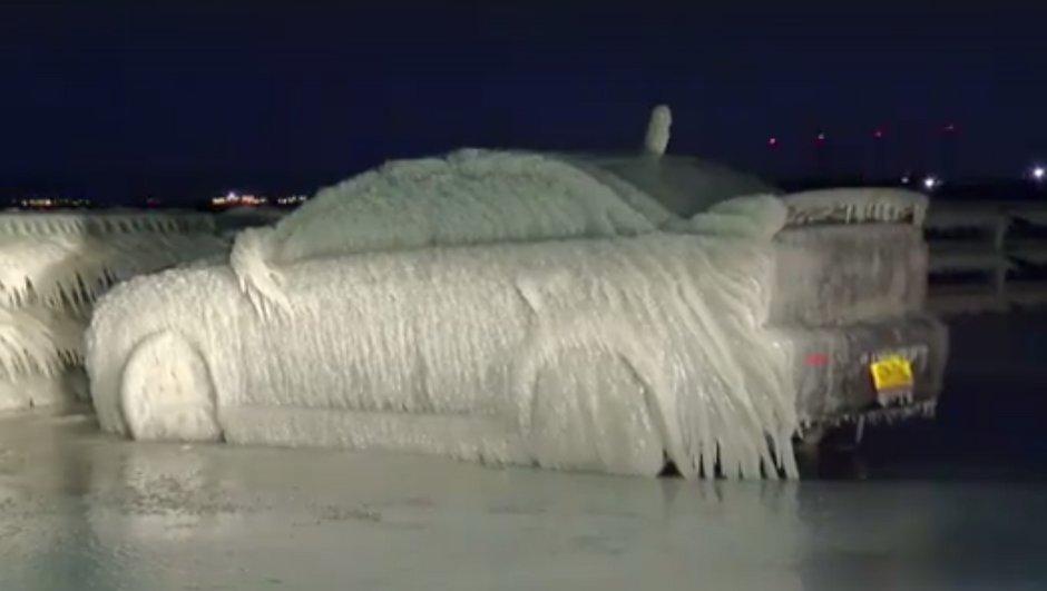Insolite : une Mitsubishi se transforme en bloc de glace aux Etats-Unis