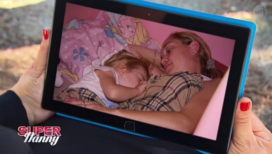 Les conseils de Super Nanny dans une famille où la petite fille de 3 ans tète encore sa mère