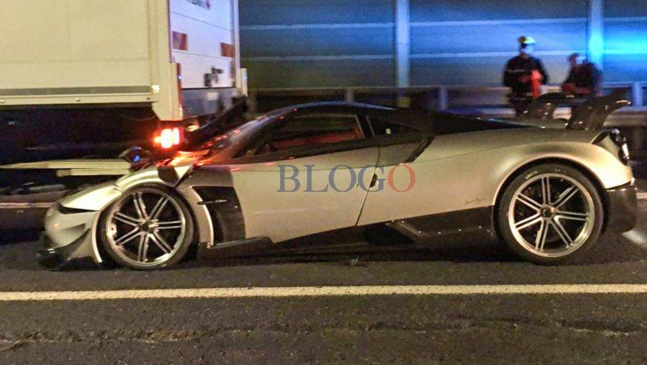 L'une des 20 Pagani Huayra BC accidentée sous un camion