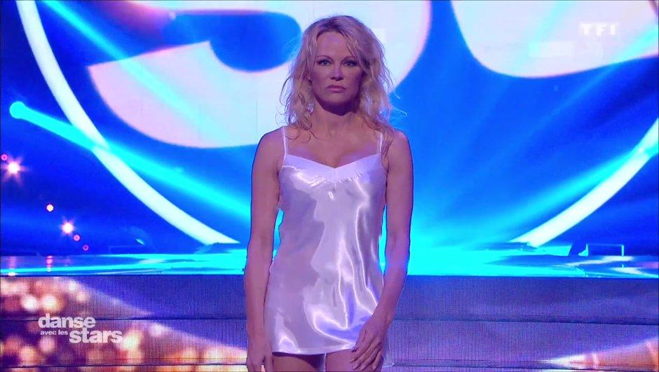 Prime 2 - Pamela Anderson sensuelle en nuisette blanche sur une danse contemporaine (VIDEO)