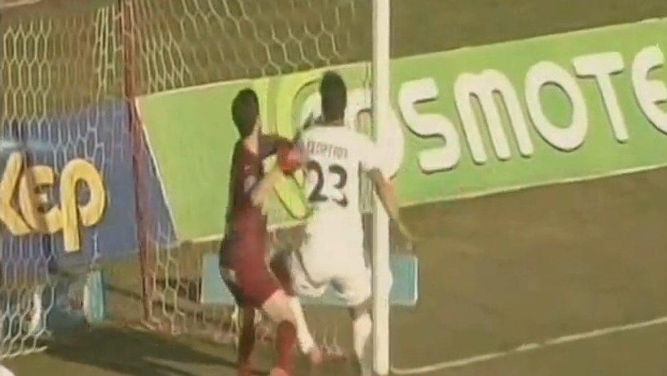 VIDEO Insolite : Un joueur grec s'empêche de marquer
