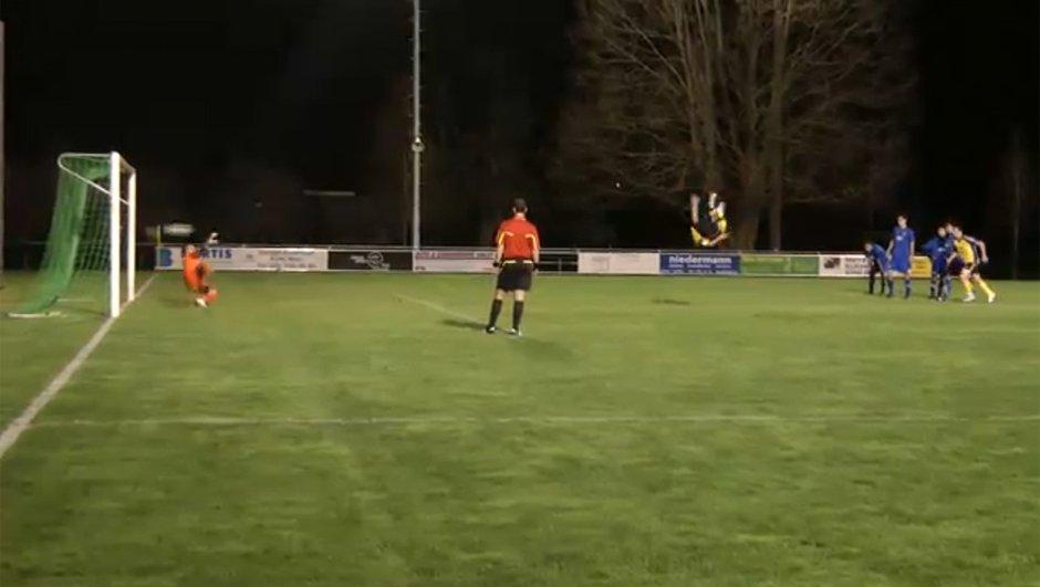 Insolite : le pénalty le plus acrobatique du monde (vidéo)