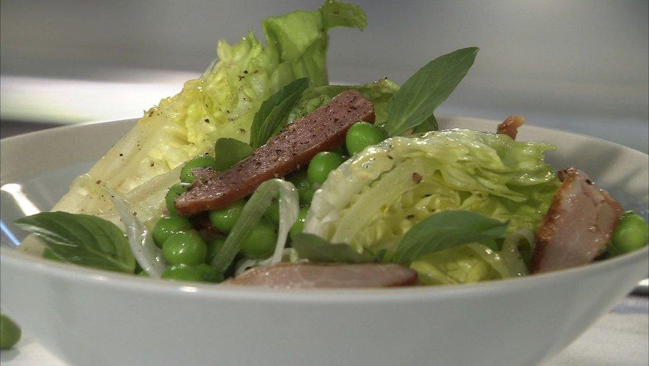 Salade de petits pois aux oignons nouveaux, coeur de laitue et basilic thaï
