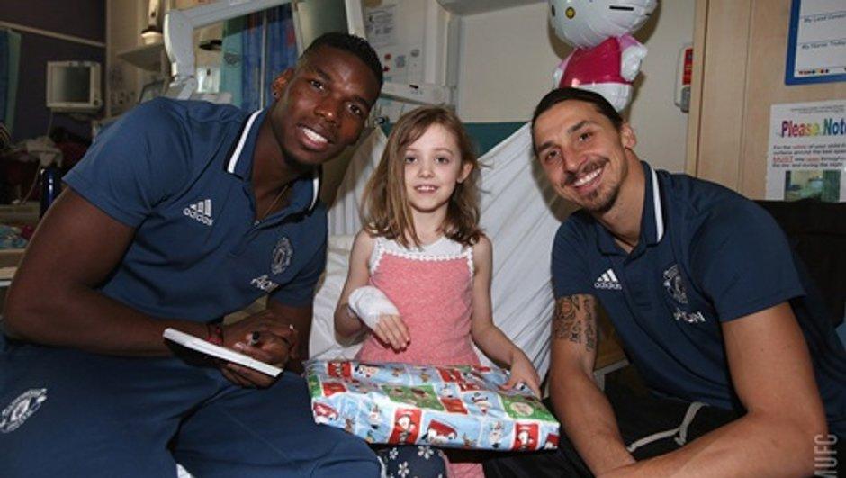 Avant Noël, les joueurs de Manchester United et Manchester City ont rendu visite à des enfants malades
