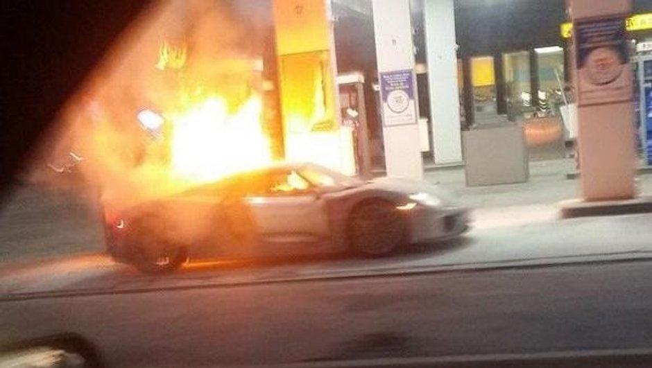 Insolite : une Porsche 918 Spyder prend feu dans une station service !
