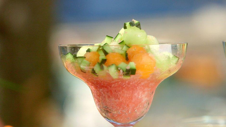 Soupe givrée de pastèque aux billes de melon et de concombre à la réglisse.