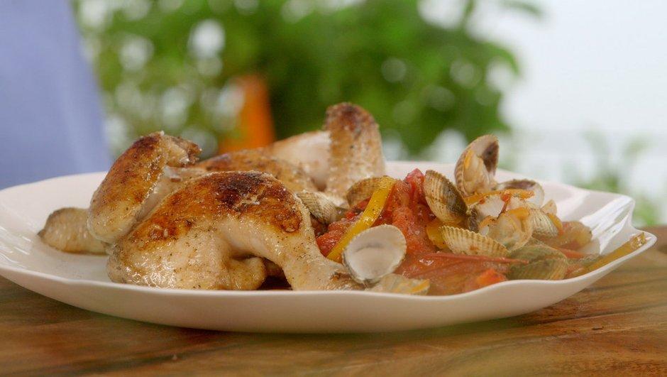 Petit coq au gril, coques à la tomate et aux poivrons