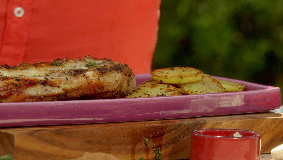 Épigramme d'agneau grillé au thym et pommes de terre sautées à la plancha.